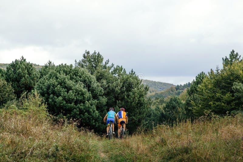 Twee ruiters op sporten mountainbike royalty-vrije stock afbeeldingen