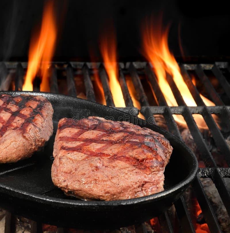 Twee Rundvleeslapjes vlees op de Hete BBQ Vlammende Grill royalty-vrije stock foto