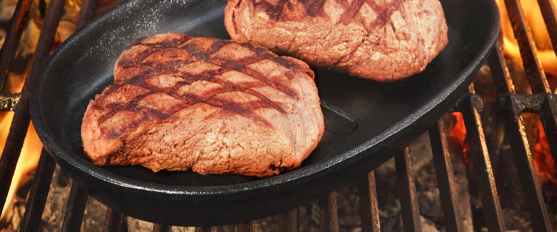 Twee Rundvleeslapjes vlees op de Hete BBQ Vlammende Grill stock foto