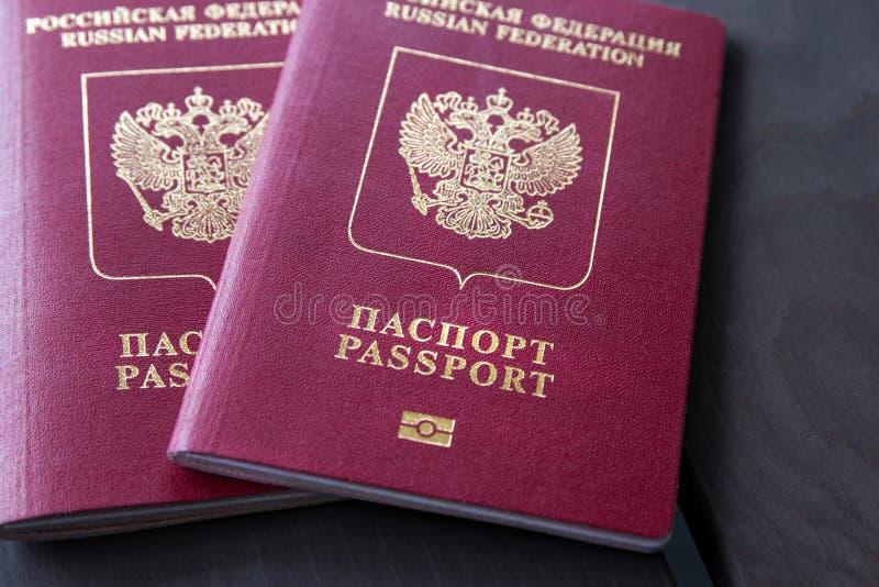 Twee Russische Paspoorten op grijze houten lijst close-up royalty-vrije stock fotografie