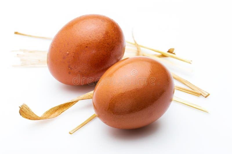 Twee ruwe en verse eieren met stro royalty-vrije stock afbeeldingen