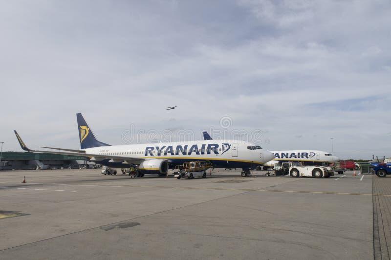 Twee Ryanair-vliegtuigen die zich op de Luchthaven van Eindhoven bevinden stock afbeeldingen