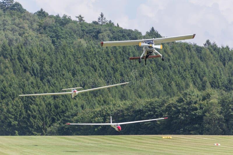 Twee sailplanes beeing gesleept van een motorplane stock fotografie