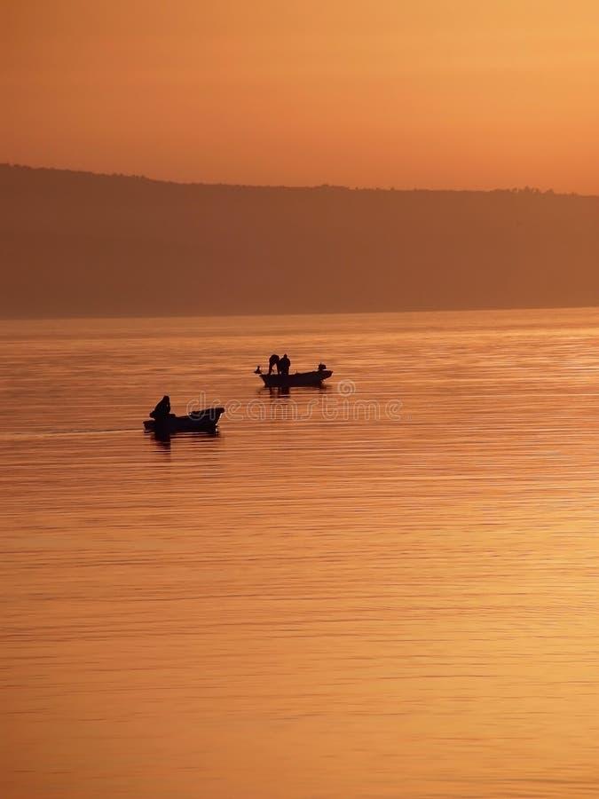 Twee schepen in de mist en de zonsondergang op zee royalty-vrije stock afbeeldingen