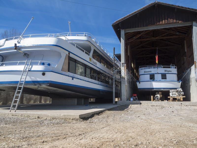 Twee schepen in het droogdok stock foto