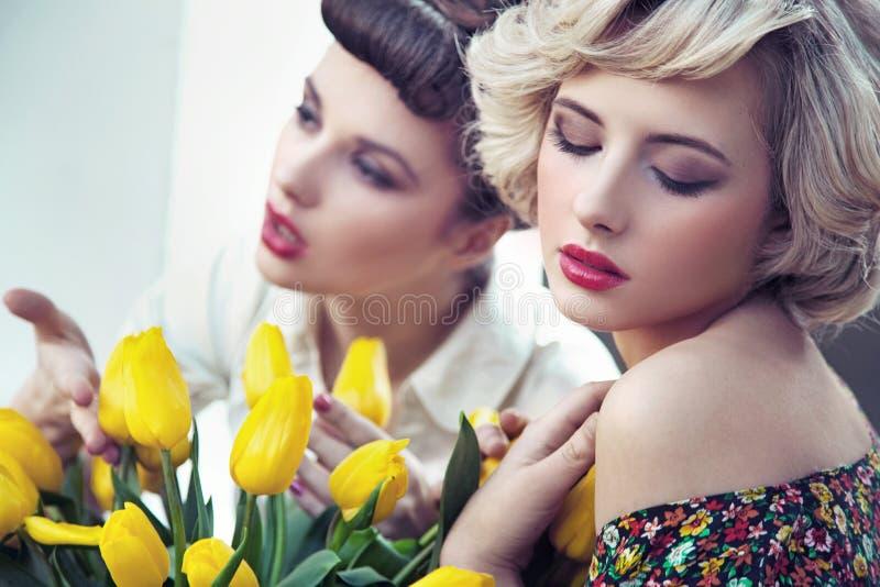 Twee schitterende bloemnimfen stock afbeelding