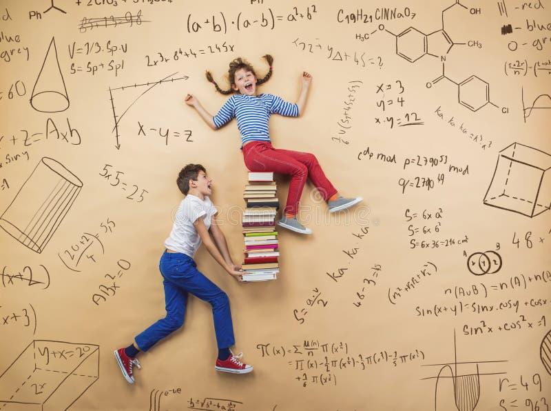 Twee schoolkinderen het leren stock afbeeldingen