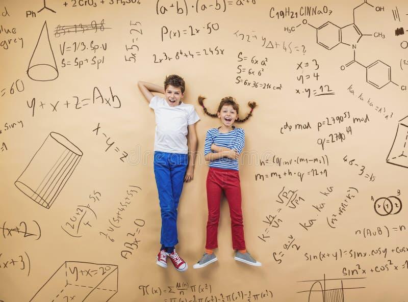 Twee schoolkinderen het leren stock foto