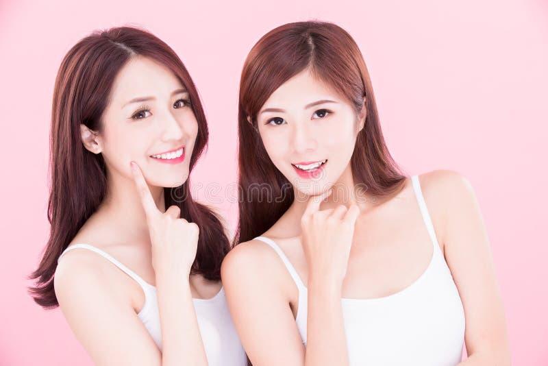 Twee schoonheids skincare vrouwen royalty-vrije stock foto