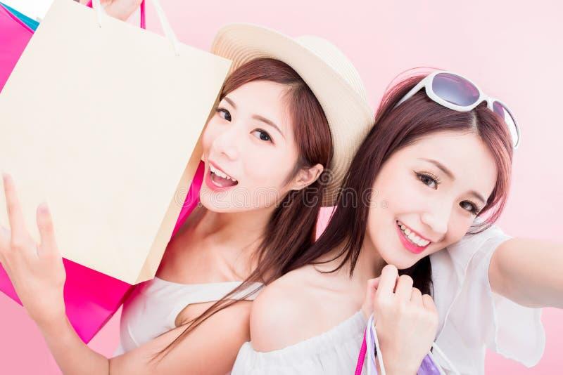 Twee schoonheidsvrouwen selfie gelukkig stock afbeelding