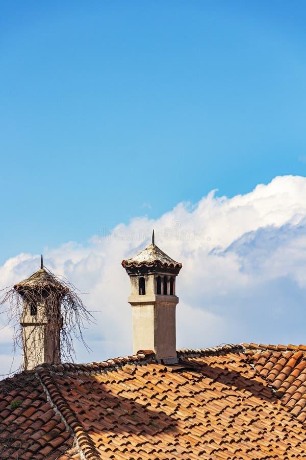 Twee schoorstenen op een dak tegen een Cumulus betrekken in de hemel in Plovdiv, Bulgarije royalty-vrije stock foto
