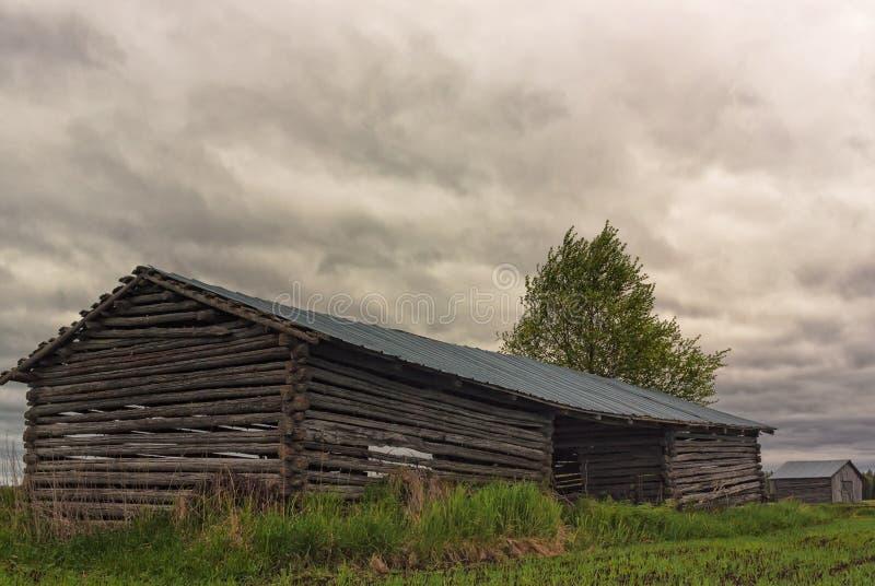 Twee Schuurhuizen onder de Onweerswolken royalty-vrije stock afbeeldingen