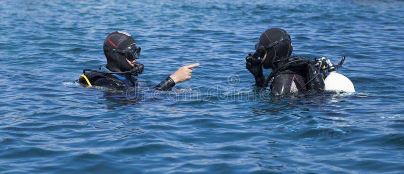Twee scuba-duikers in volledig toestel royalty-vrije stock foto's