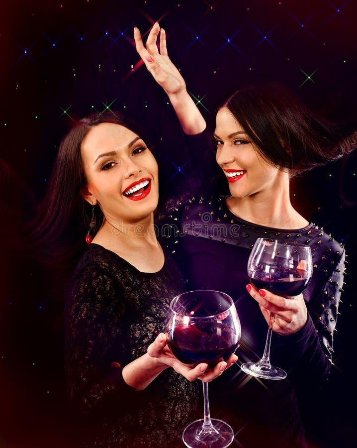 Twee sexy lesbische vrouwen met rode wijn stock afbeelding