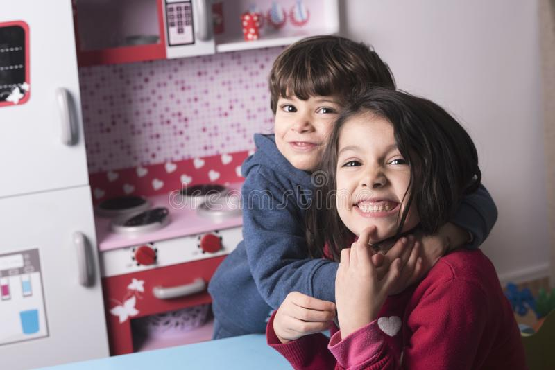 Twee siblings die grote omhelzing hebben royalty-vrije stock foto