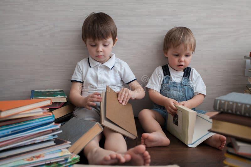 Twee siblings en heel wat boeken royalty-vrije stock afbeelding