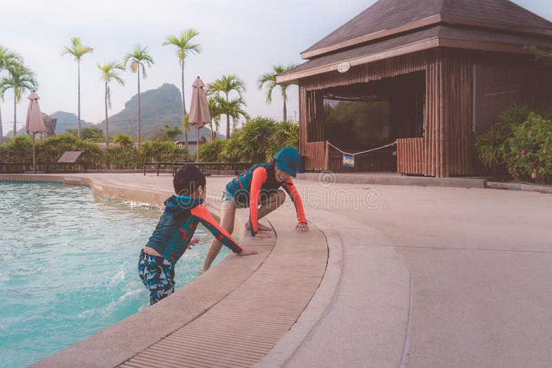 Twee siblings in het spelen samen in het parkpool van Wateraqua stock foto
