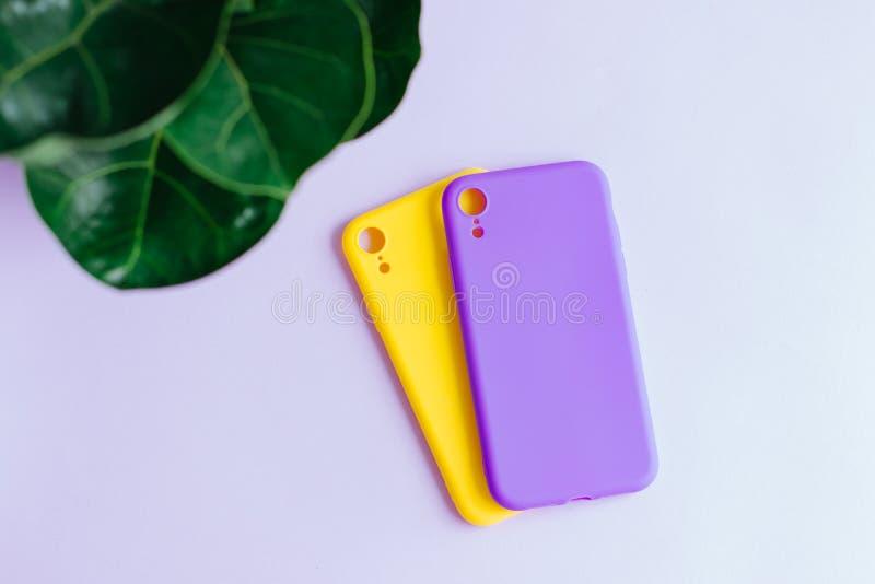 Twee siliconegevallen op pastelkleurachtergrond stock foto