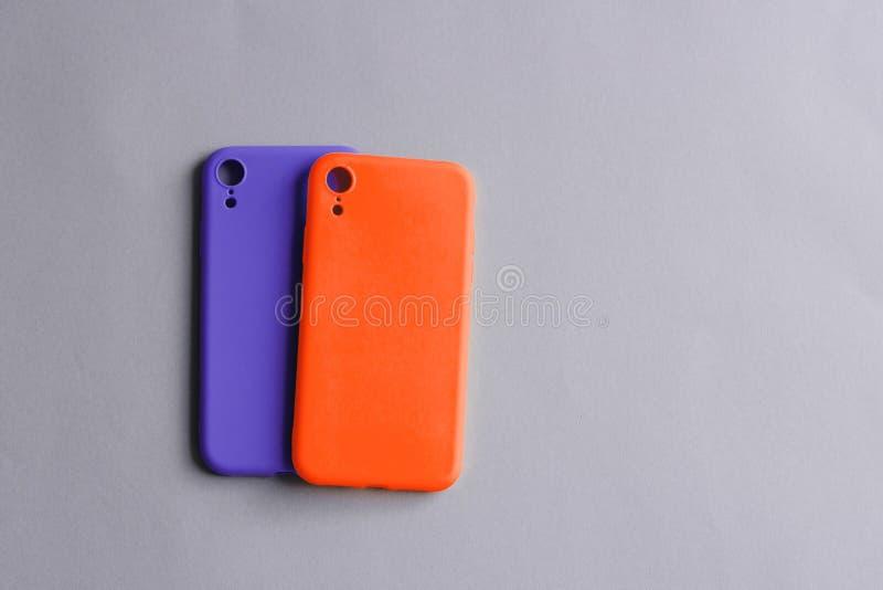 Twee siliconegevallen op pastelkleurachtergrond stock foto's