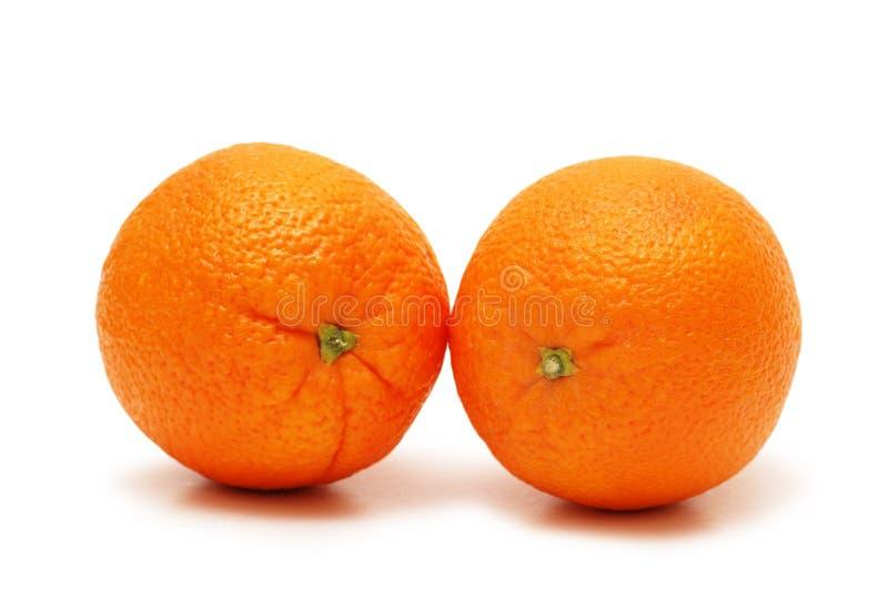 Twee sinaasappelen die op wh worden geïsoleerd? stock fotografie