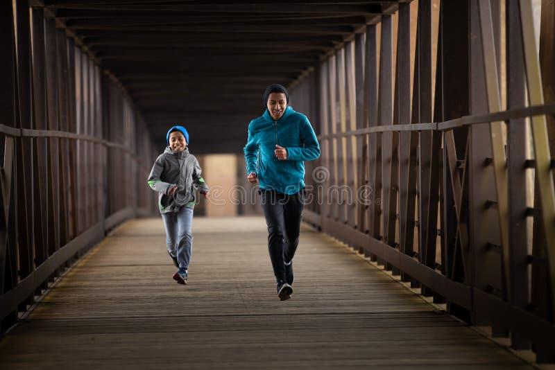 Twee Spaanse Broers stellen een Race onderaan Brug in werking stock foto
