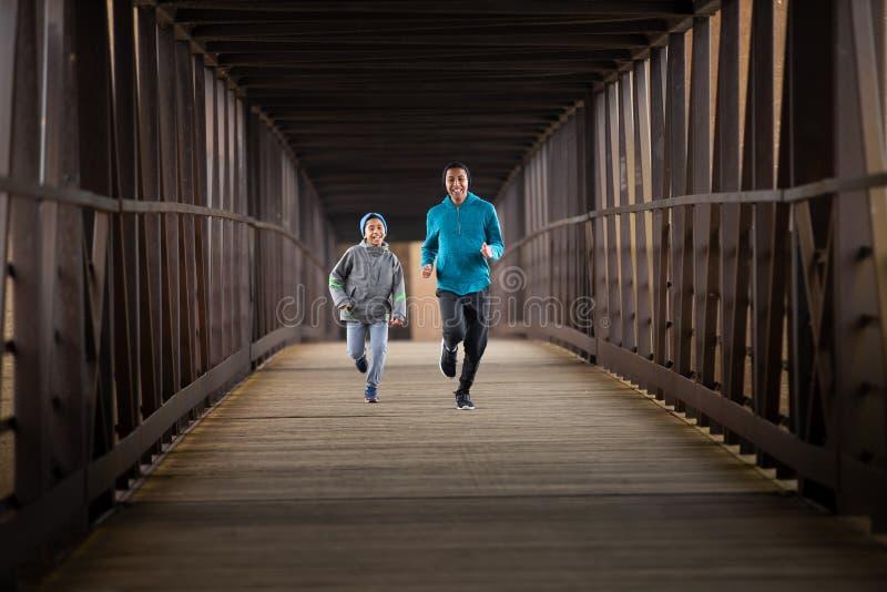 Twee Spaanse Broers stellen een Race onderaan Brug in werking stock afbeelding