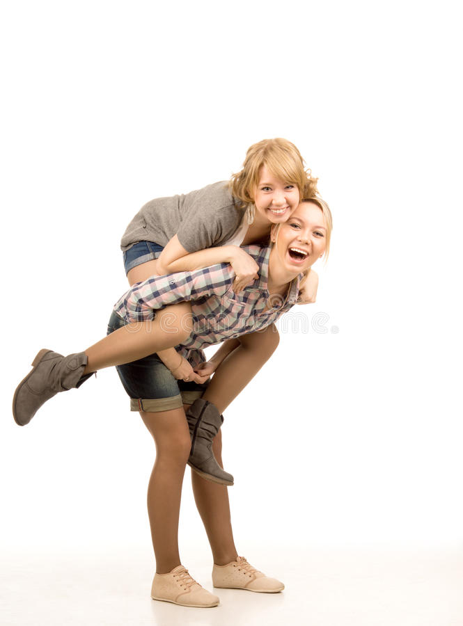 Twee speelse jonge vrouwelijke vrienden stock fotografie