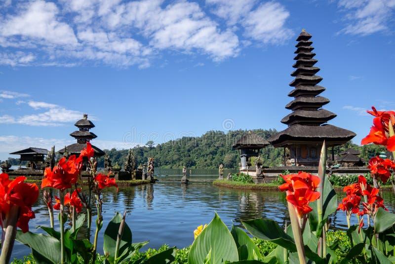 Twee spitsen van drijvende Pura Ulun Danu, een Hindoese tempel op Meer Bratan, Bedugul, Bali, Indonesië royalty-vrije stock afbeeldingen