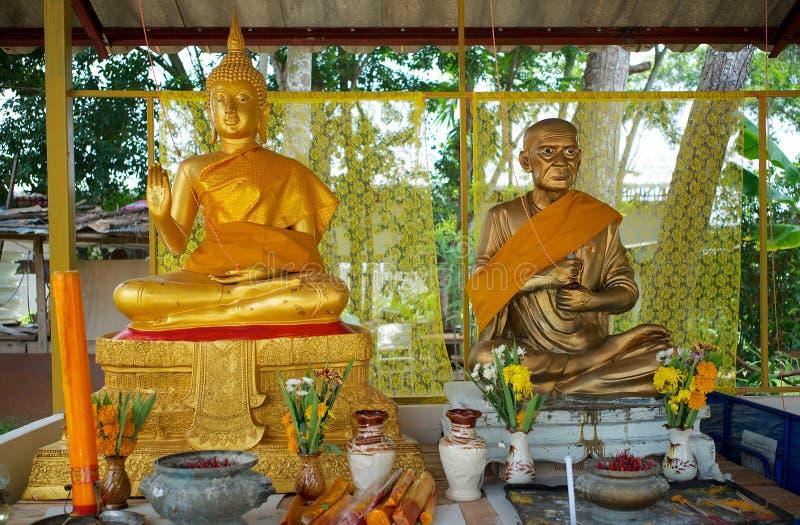 Twee standbeelden in een kleine tempel in Hatyai, Thailand royalty-vrije stock foto's