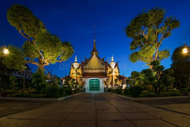 Twee standbeeldreus bij kerken Wat Arun, Bankok Thailand stock fotografie
