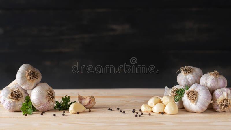 Twee stapels van knoflook met gepelde kruidnagels stock foto's