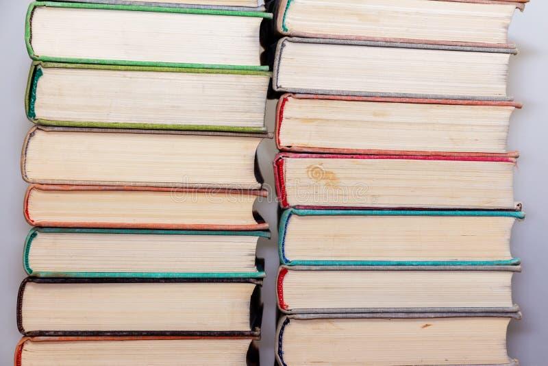 Twee stapels van oude boeken op een lichte achtergrond in de bibliotheek royalty-vrije stock foto