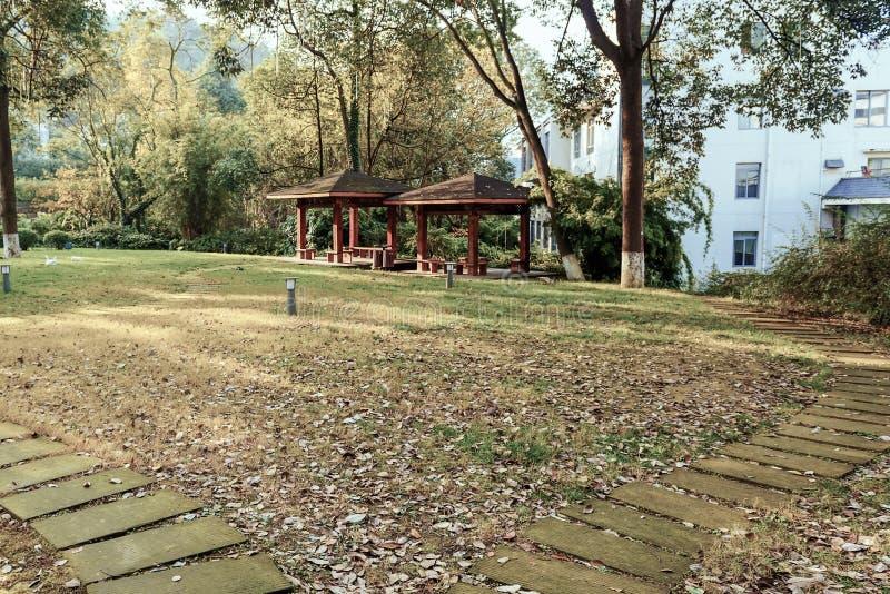 Twee steenweg die tot twee rust paviljoen leiden stock afbeeldingen