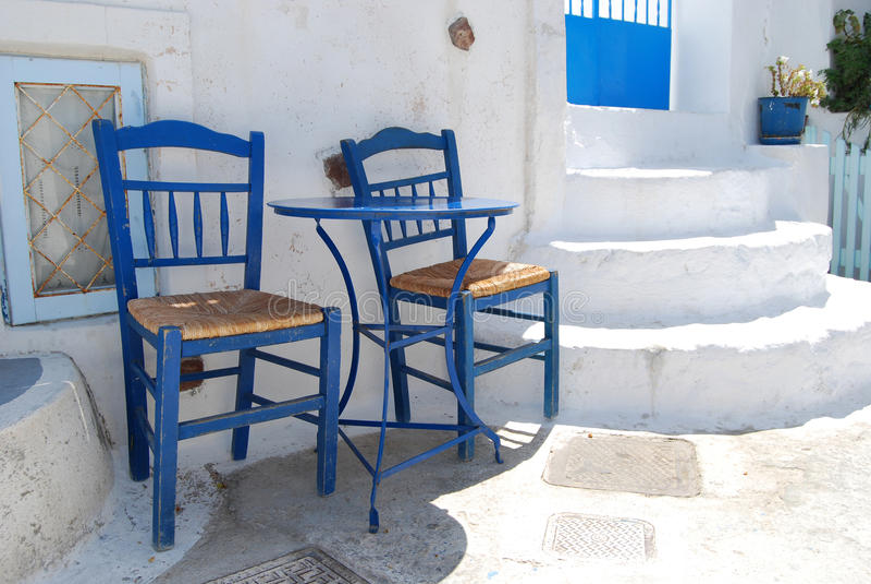Twee stoelen op een straat in Pyrgos Santorini stock foto