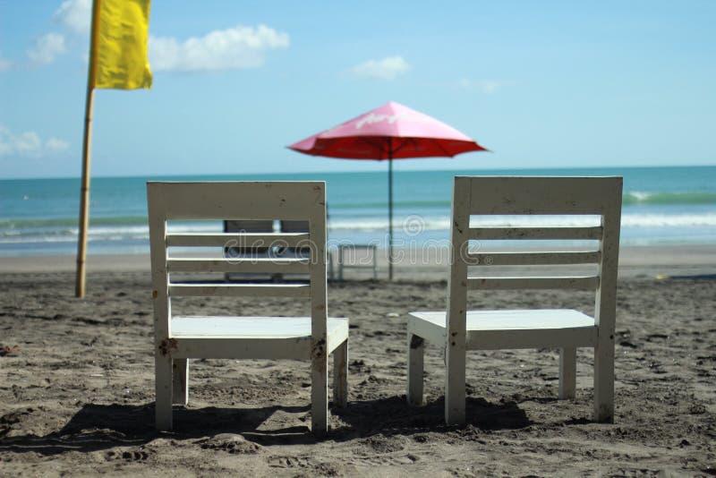 Twee stoelen op het strand royalty-vrije stock fotografie