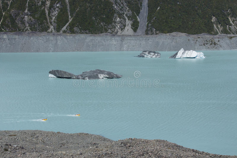 Twee straalboten die dichtbij ijsbergen in Tasman-Meer, Nieuw Zeeland berijden royalty-vrije stock afbeelding