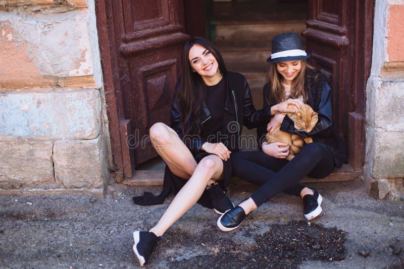Twee straatmeisjes met een kat royalty-vrije stock foto's