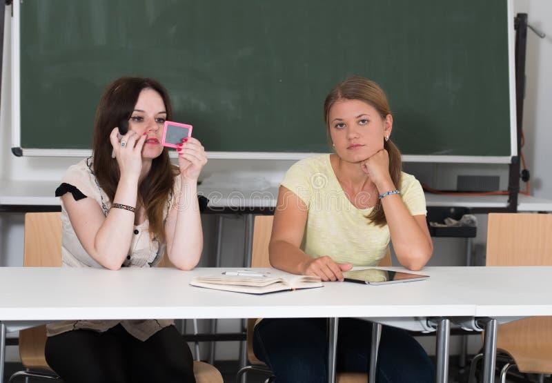 Twee studenten die en op universiteit bestuderen leren royalty-vrije stock afbeelding