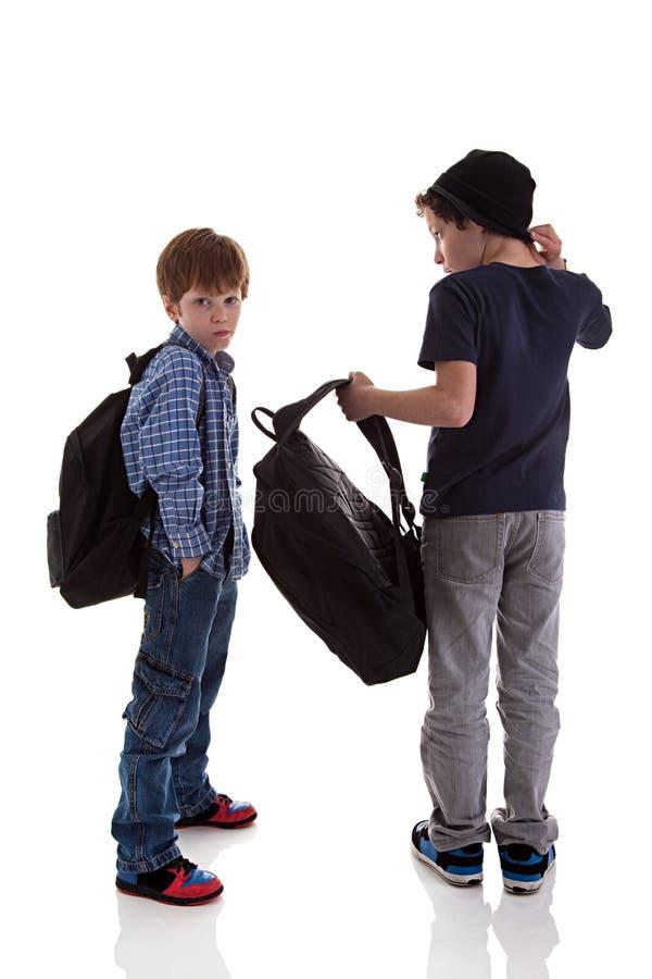 Twee studenten die met van hem terug naar de schooltassen worden gezien royalty-vrije stock afbeelding