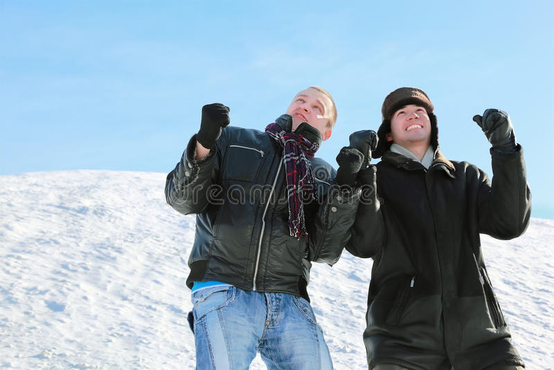 Twee studenten kijken in hemel en drukken vuisten stock foto