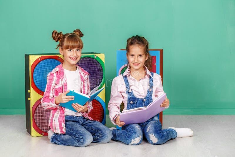 Download Twee Studenten Lezen Boeken In De Kinderen` S Ruimte Conc Stock Afbeelding - Afbeelding bestaande uit levensstijl, notitieboekje: 107704035