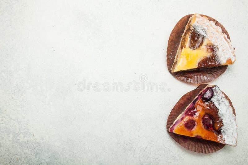 Twee stukken van eigengemaakte cake op een witte uitstekende lijst, lege ruimte voor tekst stock foto