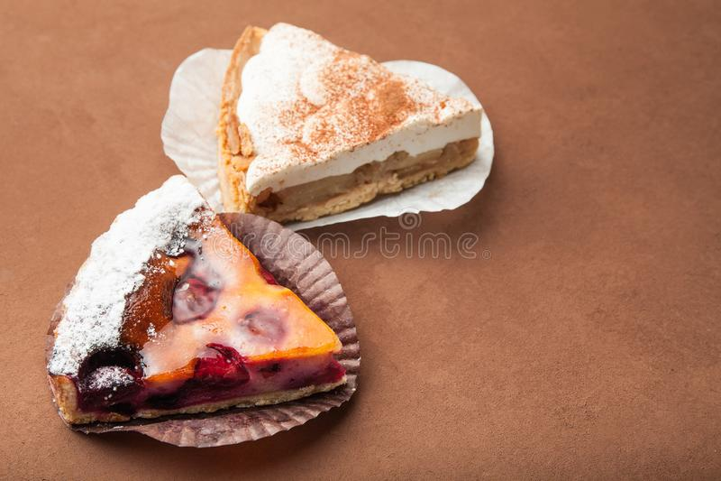 Twee stukken van eigengemaakte geurige cake met een geleilaag Bruine achtergrond royalty-vrije stock foto
