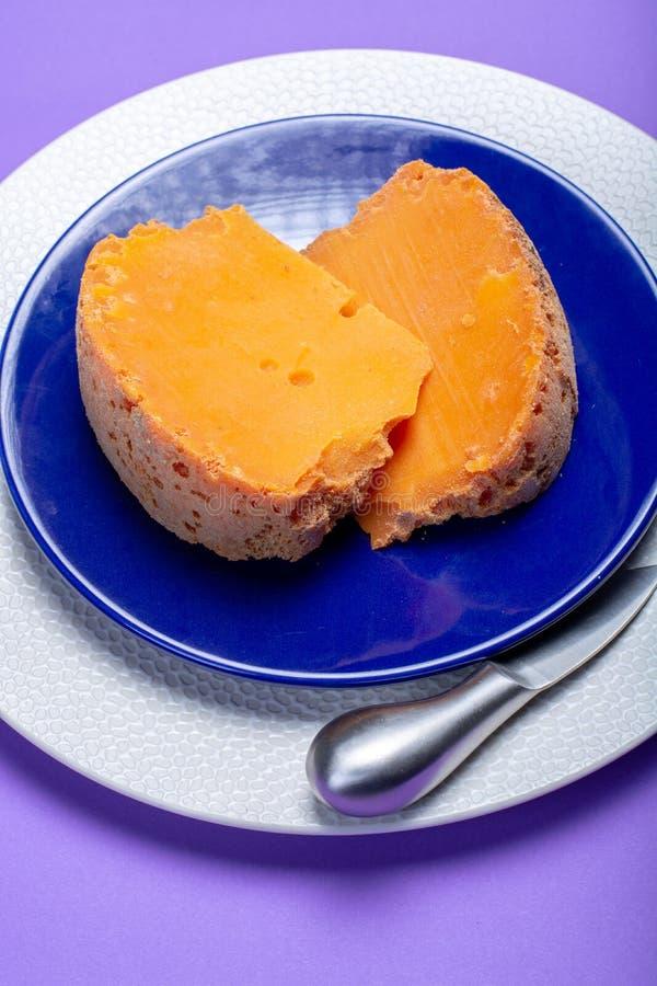 Twee stukken van inheemse Franse oude die kaas Mimolette, in L worden veroorzaakt stock fotografie