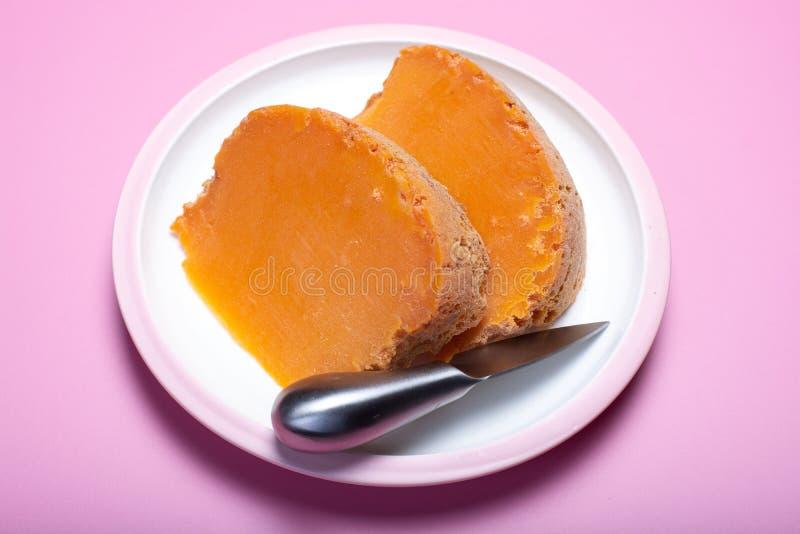 Twee stukken van inheemse Franse oude die kaas Mimolette, in L worden veroorzaakt stock foto