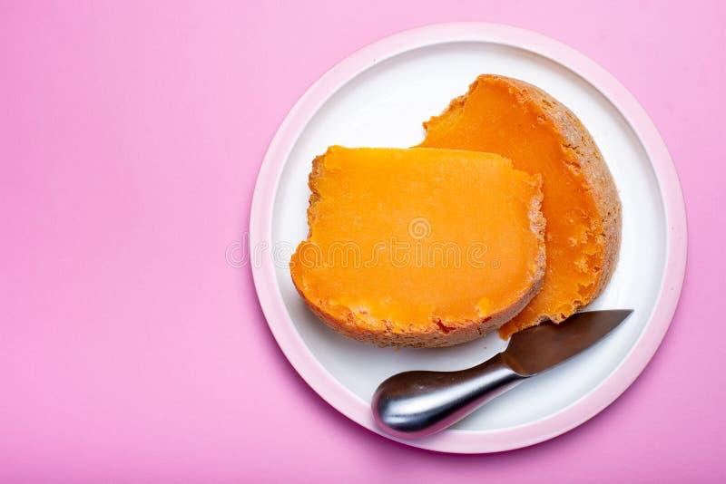 Twee stukken van inheemse Franse oude die kaas Mimolette, in L worden veroorzaakt royalty-vrije stock fotografie