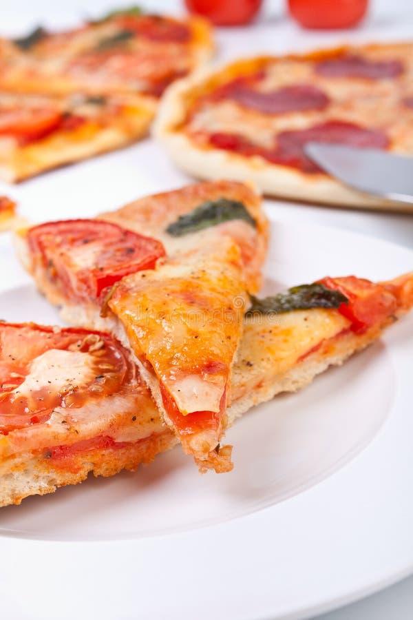 Twee stukken van pizzaclose-up royalty-vrije stock foto's