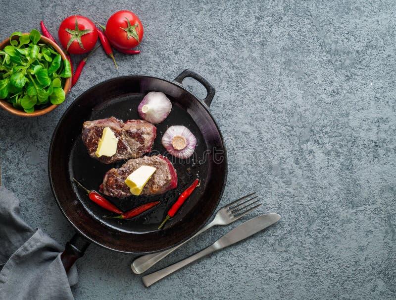 Twee stukken van rundvleesfilet, gebraden lapje vlees met een binnen stuk van boter royalty-vrije stock foto's