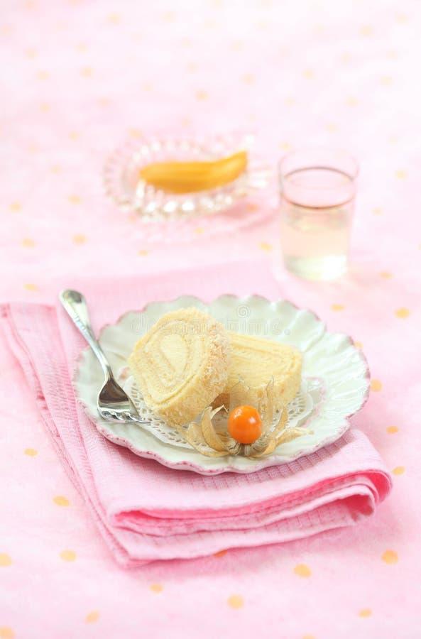 Twee stukken van Tropische Koninginnenbroodcake met Mangoroomkaas het Vullen stock afbeelding