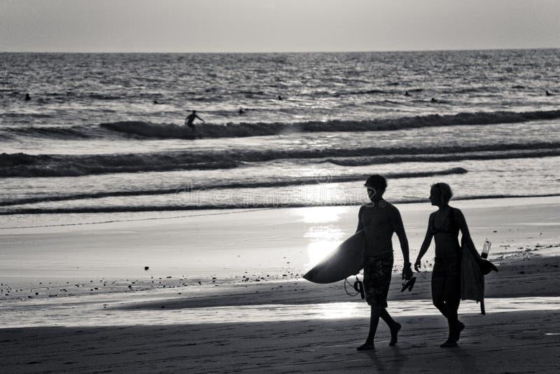 Twee Surfers op Strand stock afbeeldingen